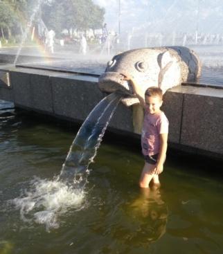 На фото я и фонтан в парке 300-летия, по которому можно бегать! Это фото за 5 минут до того, как я полностью промок!