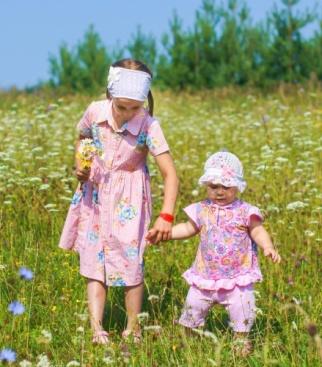 Настя Бабкина (6 лет) с младшей сестренкой Людой (1 год).