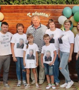 На фото мама,папа,сестра Наташа,племянники Уля и Леша