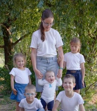 Это я и мои братья и сестры, Это лето мы провели все вместе - не всегда так бывает. Здесь моя сестра родная. а остальные двоюродные - но я всех их люблю, и мне очень нравится вместе с ними играть.