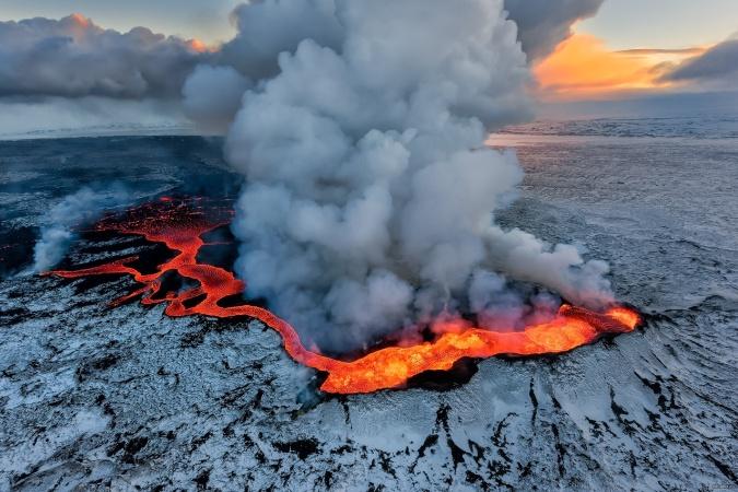 Почему вулканы извергают лаву?