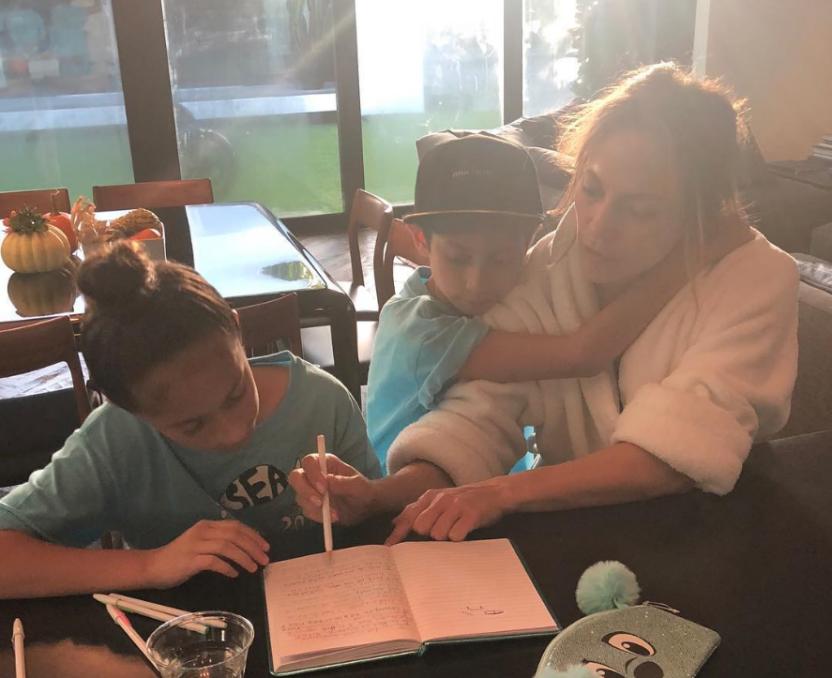 Дочь, домашка, Голливуд: Дженифер Лопес умилила пользователей Сети фотографией в Instagram