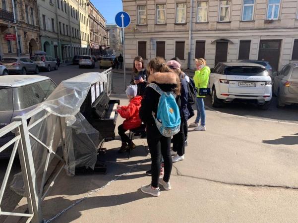 В Санкт-Петербурге кто-то вынес на улицу пианино. Теперь прохожие устраивают на нём концерты