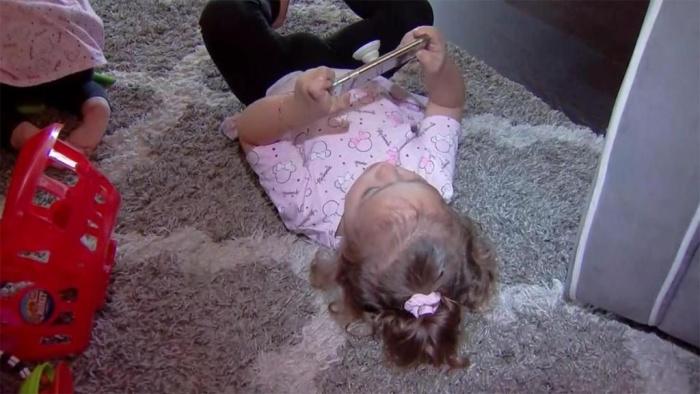 2-летняя дочка случайно заказала для своей мамы дорогой диван, играя в её телефон