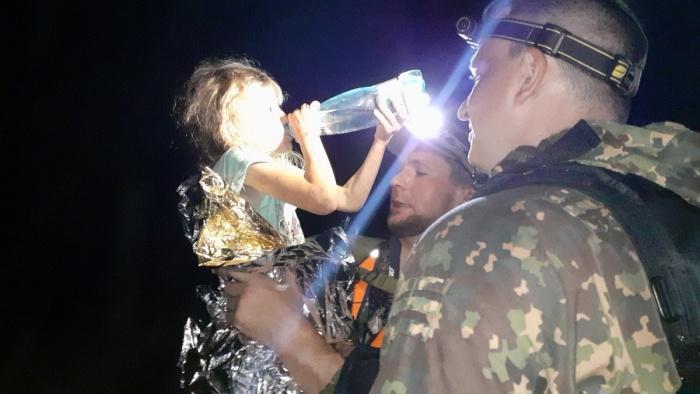 «Я хочу тортик, пить»: пропавшую 5-летнюю девочку нашли в лесу через 3 дня
