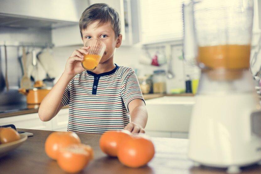 Ученые выяснили, со скольки лет можно пить сок детям
