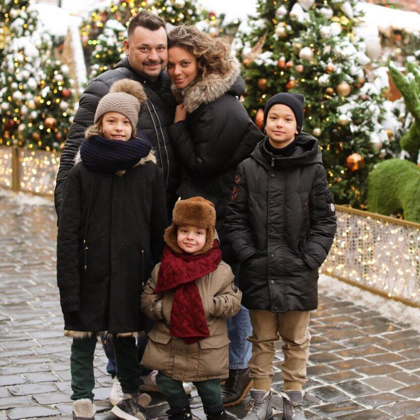 """Солист """"Руки Вверх!"""" Сергей Жуков свозил детей к Санта-Клаусу"""