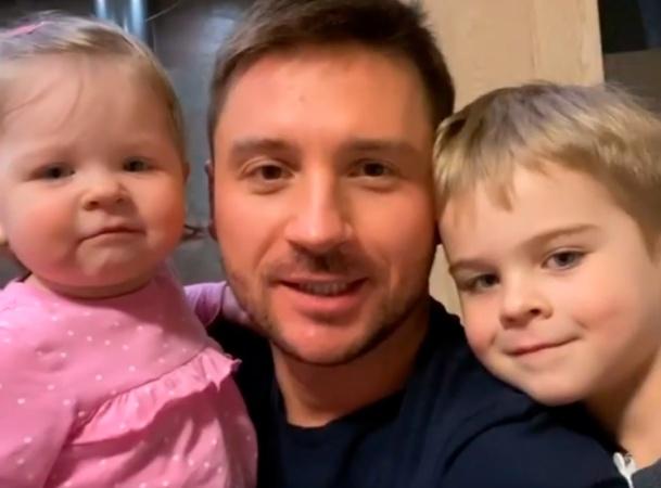 Сергей Лазарев вместе со своими детьми призвал россиян оставаться дома