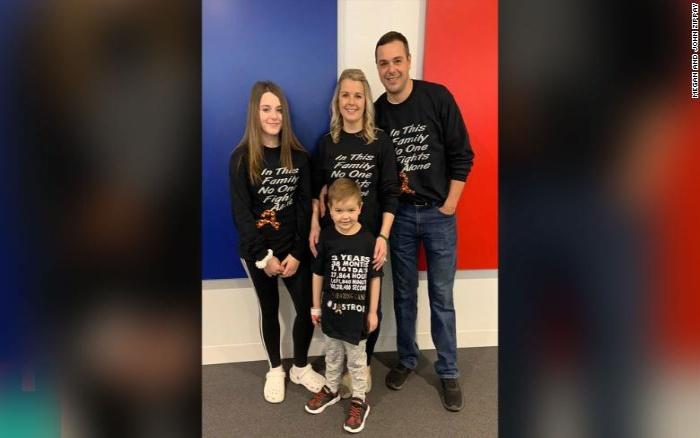 Герой вернулся: 6-летнего школьника овациями встречали в школе после его победы над раком