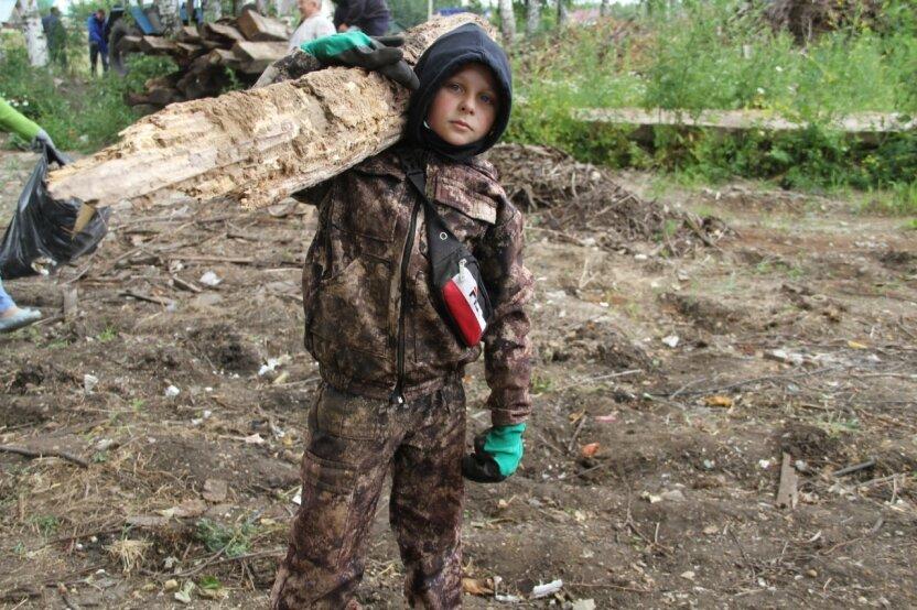 11-летний мальчик стал героем соцсетей, в одиночку очищая родной посёлок от гор мусора