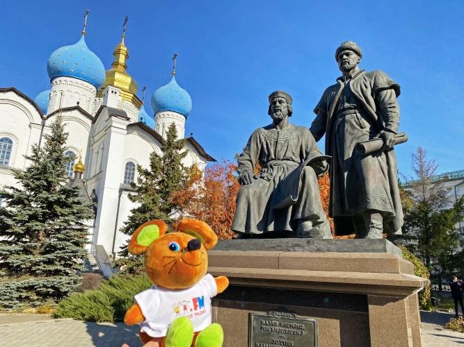 Мышик в Казани: передает привет участникам с международного фестиваля «Радио без границ» и гуляет по городу